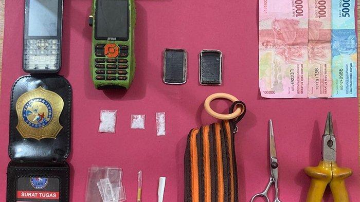 Barang bukti yang diamankan Satres Narkoba Bengkalis, termasuk tanda anggota Lembaga Anti Narkoba (LAN).