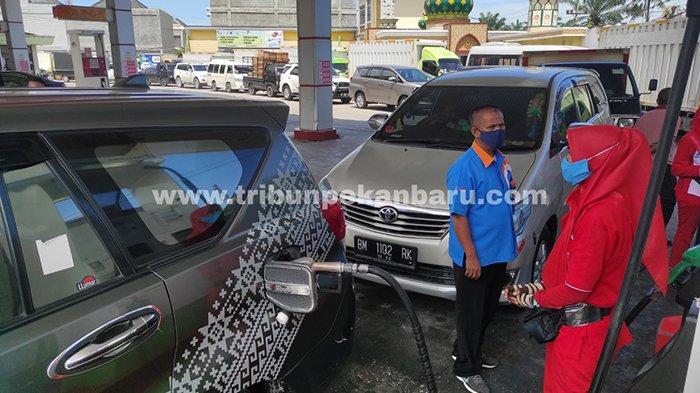 FOTO : Kendaraan Antre Panjang Beli Solar di SPBU - bbm-langka-antrean-di-spbu-arifin-pekanbaru.jpg