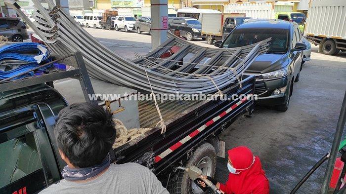 Pasokan Dikurangi, Antrean Kendaraan Mengular di SPBU Arifin Achmad Pekanbaru