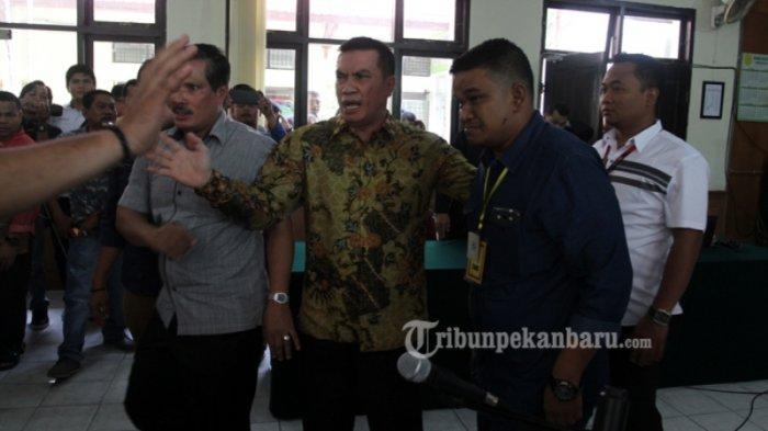 FOTO: Bupati Rohul Non-Aktif Suparman Divonis Bebas Hakim - bebas-3_20170223_144726.jpg