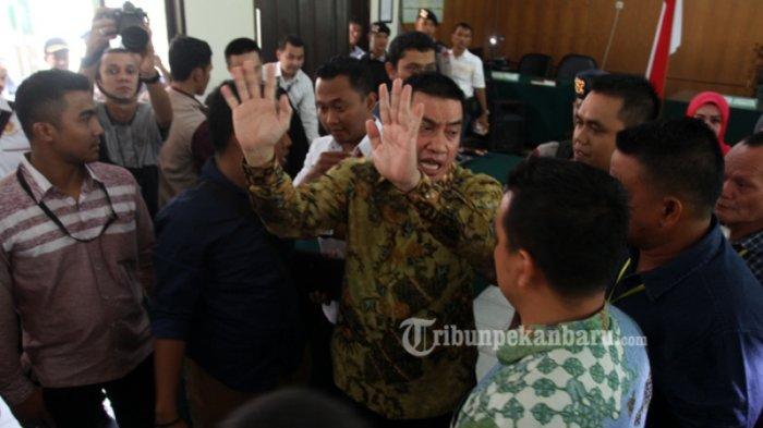 FOTO: Bupati Rohul Non-Aktif Suparman Divonis Bebas Hakim - bebas-4_20170223_144825.jpg