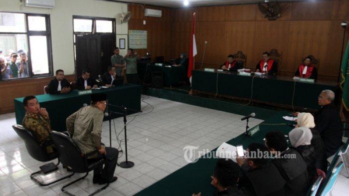 FOTO: Bupati Rohul Non-Aktif Suparman Divonis Bebas Hakim - bebas1_20170223_144630.jpg