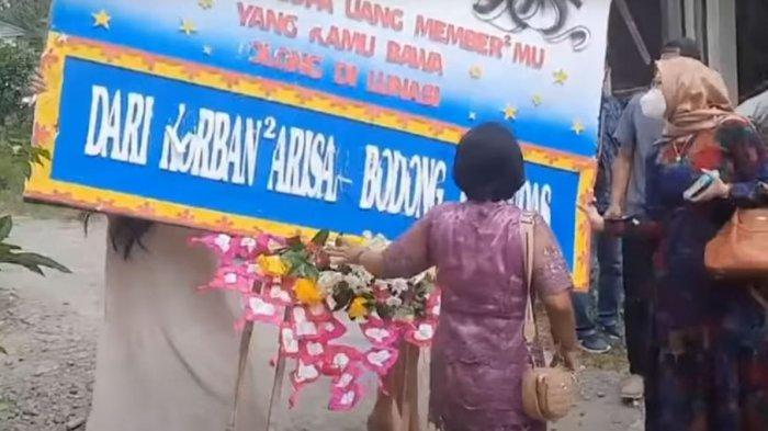 Beberapa korban dugaan arisan bodong di Solo geruduk pernikahan pelaku di Setru, Mojosongo, Minggu (12/9/2021).