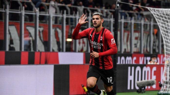 Bek AC Milan Theo Hernandez merayakan setelah mencetak gol 2-0 selama pertandingan sepak bola Serie A Italia antara AC Milan dan Unione Venezia pada 22 September 2021 di stadion San Siro di Milan.