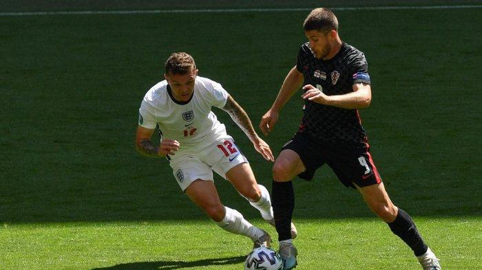 Bek Inggris Kieran Trippier (kiri) dan penyerang Kroasia Andrej Kramaric berebut bola selama pertandingan sepak bola Grup D UEFA EURO 2020 antara Inggris dan Kroasia di Stadion Wembley di London pada 13 Juni 2021.