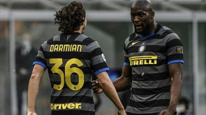 Bek Inter Milan Italia Matteo Darmian (Kiri) merayakan gol dengan Romelu Lukaku setelah mencetak gol kedua timnya selama pertandingan sepak bola Serie A Italia Inter Milan v Genoa pada 28 Februari 2021 di stadion San Siro di Milan.