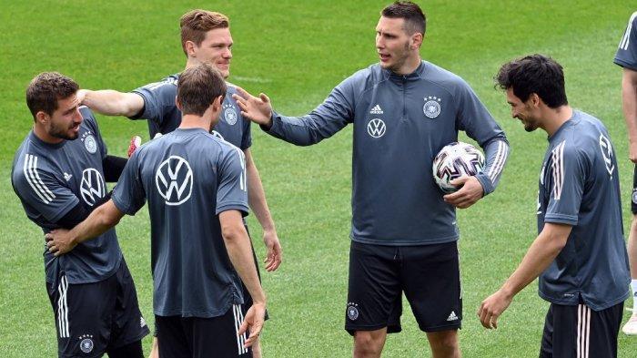 (dari kanan ke kiri ) Bek Jerman Mats Hummels, bek Niklas Suele, bek Marcel Halstenberg dan penyerang Thomas Mueller bercanda dengan kiper Kevin Trapp selama sesi latihan pada 5 Juni 2021, di Seefeld, Austria, di mana tim nasional sepak bola Jerman menghadiri kamp pelatihan di depan Kejuaraan Sepak Bola Eropa 2020-2021.