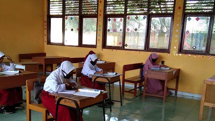 Hari pertama belajar tatap muka di beberapa sekolah di Pelalawan berjalan lancar, Senin (8/02/2021).