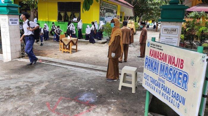 Sejumlah peserta didik meninggalkan SMPN 23 Kota Pekanbaru beberapa waktu lalu. Saat ini seluruh SMP negeri di Kota Pekanbaru sudah belajar tatap muka secara terbatas.