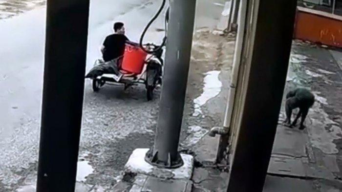 Beredar sebuah video memperlihatkan dua orang pria naik becak hantu beraksi mencuri tutup parit atau selokan (grill cover) di salah satu daerah di Kota Medan.