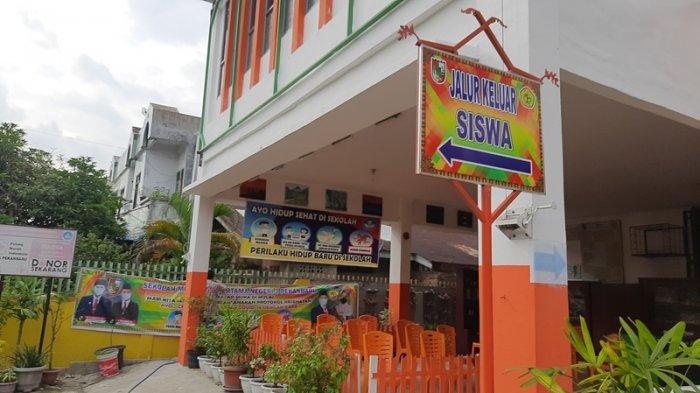 Jalur khusus keluar siswa di SMPN 3 Kota Pekanbaru. Pihak sekolah menyiapkan jalur berbeda untuk masuk dan keluar guna mencegah kerumunan.
