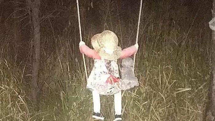 Bikin Merinding, Boneka Duduk di Ayunan Dekat Rawa, Disebut Membawa Petaka Bagi Siapa yang Mendekat