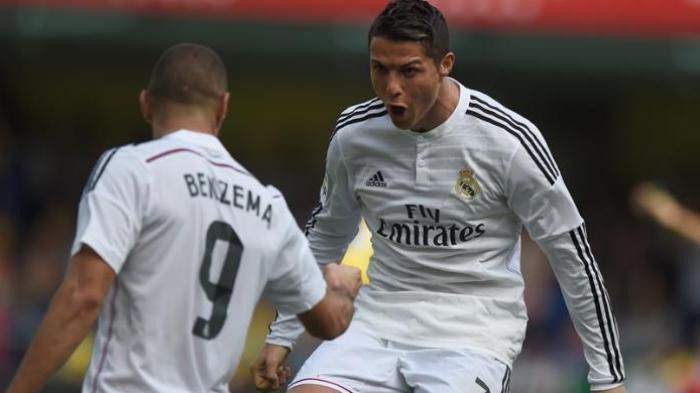 Bintang Real Madrid, Cristiano Ronaldo, merayakan golnya dengan rekannya, Karim Benzema, seusai membobol gawang Villarreal, Sabtu (27/9/2014).