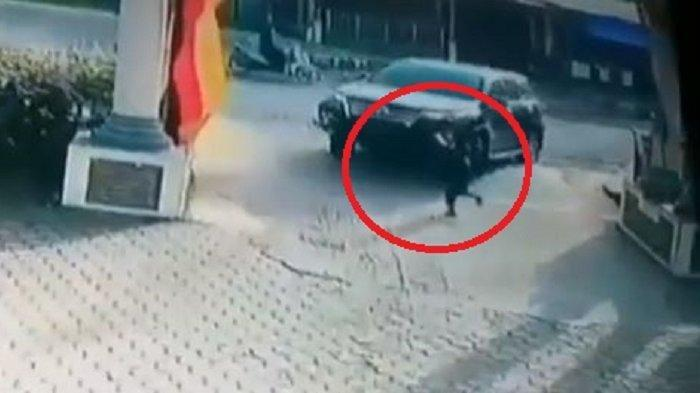 Detik-detik Bocah 4,5 Tahun Tewas Terlindas Mobil di Kota Padang Terekam CCTV Milik Masjid