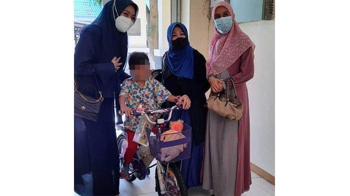 Bocah Korban Kekerasan Tante dan Paman Dapat Kunjungan dari Istri Bupati Kuansing