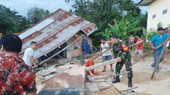 Dua bangunan di Desa Kemang Kecamatan Pangkalan Kuras, Riau rusak berat akibat dihantam angin kencang di Pelalawan pada Rabu (24/02/2021) sore lalu.