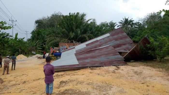 Bocah Selamat Terlindung Lemari Saat Rumahnya Ambruk Diterjang Angin Kencang di Pelalawan