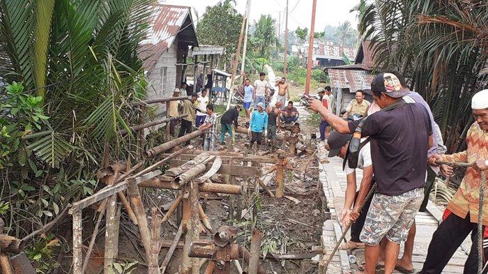 Satgas TMMD 106 Kodim 0314/Inhil bersama masyarakat, membongkar jembatan darurat di Desa Seberang Sanglar, Reteh, Inhil, Senin (9/9) lalu.