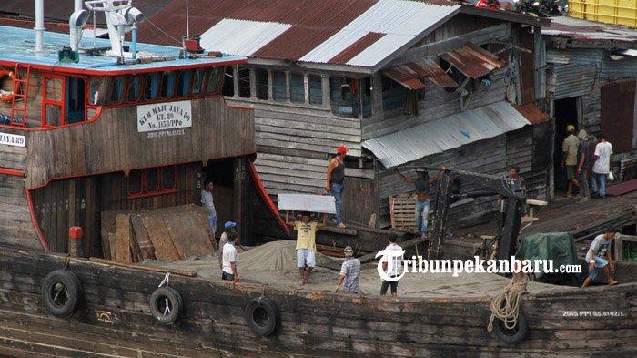 FOTO : Bongkar Muat di Pelabuhan Rakyat Sungai Siak Pekanbaru - bongkar-muat-di-sungai-siak.jpg