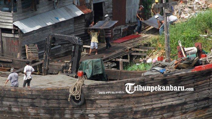 FOTO : Bongkar Muat di Pelabuhan Rakyat Sungai Siak Pekanbaru - bongkar-muat-di-sungai-siak1.jpg