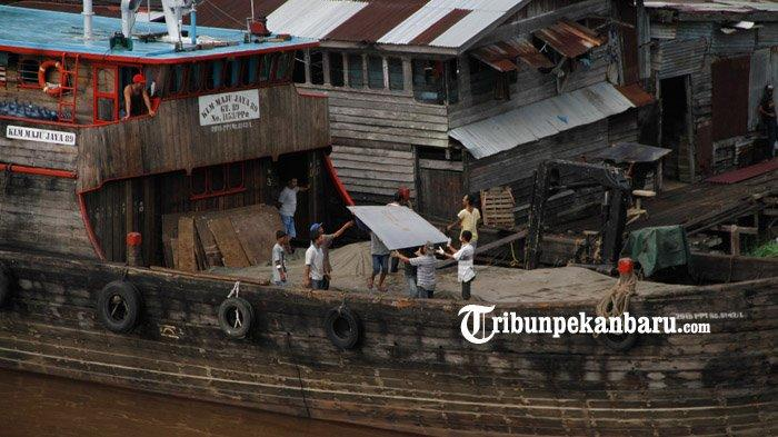 FOTO : Bongkar Muat di Pelabuhan Rakyat Sungai Siak Pekanbaru - bongkar-muat-di-sungai-siak2.jpg