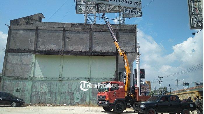 Kerahkan Crane untuk Jangkau Ketinggian, Sebanyak 88 Reklame Bermasalah Ditertibkan Pemkot Pekanbaru