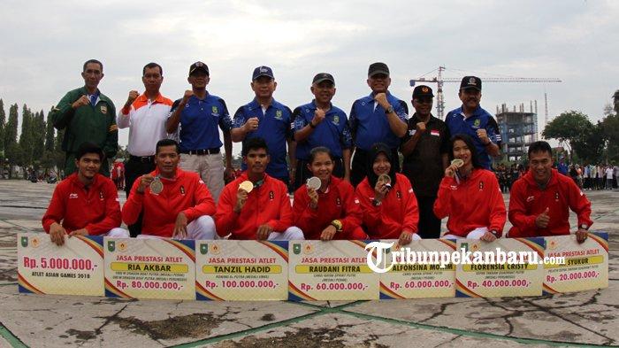 FOTO: Atlet Riau Berprestasi di Asian Games 2018 Terima Bonus dari Pemprov Riau - bonus-atlet-asian-games-2018-asian-game-2018-haornas-gubri-arsyadjuliandi-rachman_20180909_120335.jpg