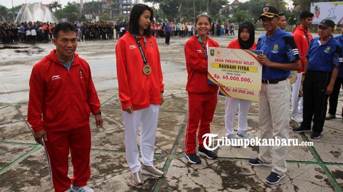 FOTO: Atlet Riau Berprestasi di Asian Games 2018 Terima Bonus dari Pemprov Riau - bonus-atlet-asian-games-2018-asian-game-2018-haornas-gubri-arsyadjuliandi-rachman_20180909_120447.jpg