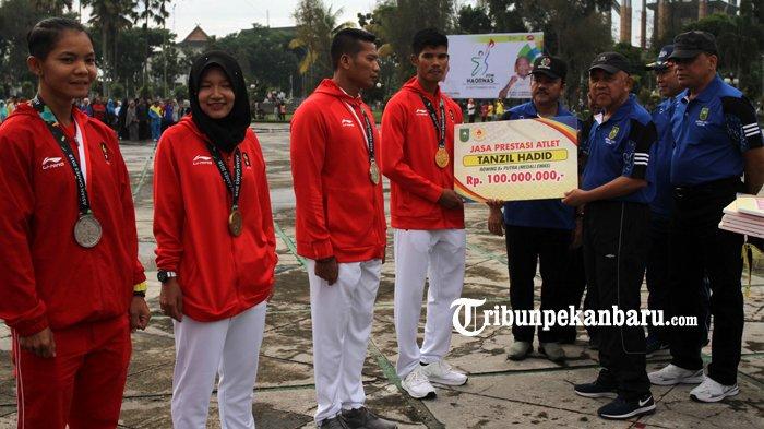 FOTO: Atlet Riau Berprestasi di Asian Games 2018 Terima Bonus dari Pemprov Riau - bonus-atlet-asian-games-2018-asian-game-2018-haornas-gubri-arsyadjuliandi-rachman_20180909_120502.jpg