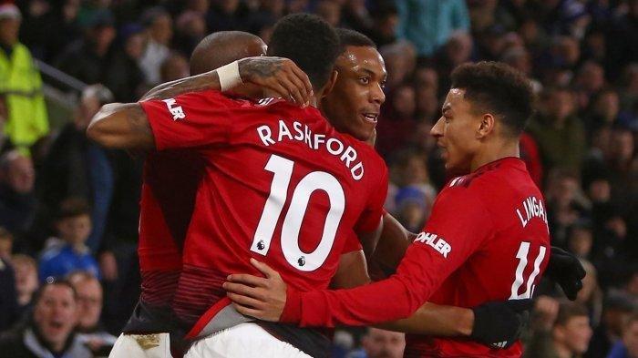 Pemain Manchester United, Anthony Martial (kedua kanan) merayakan golnya ke gawang Cardiff City bersama rekannya, Jesse Lingard (kanan) dan Marcus Rashford dalam laga pekan ke-18 Liga Inggris di Stadion Cardiff City, Minggu (23/12/2018) dini hari WIB.