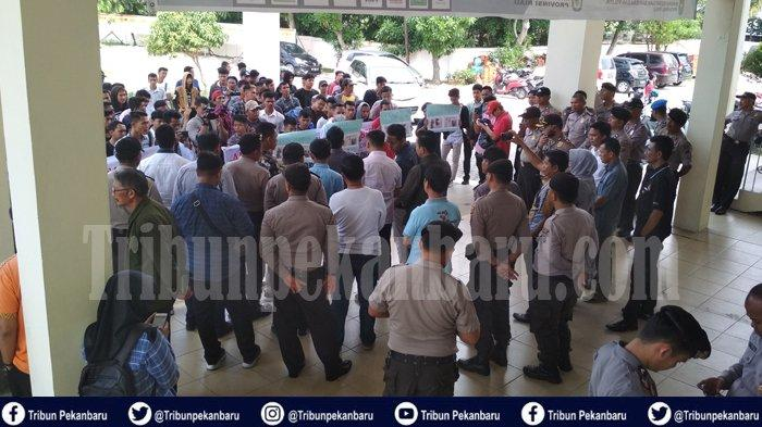 BREAKING NEWS Ratusan Massa GERUDUK Kantor KPU Pekanbaru, Minta Tindak Caleg Diduga Lakukan Suap