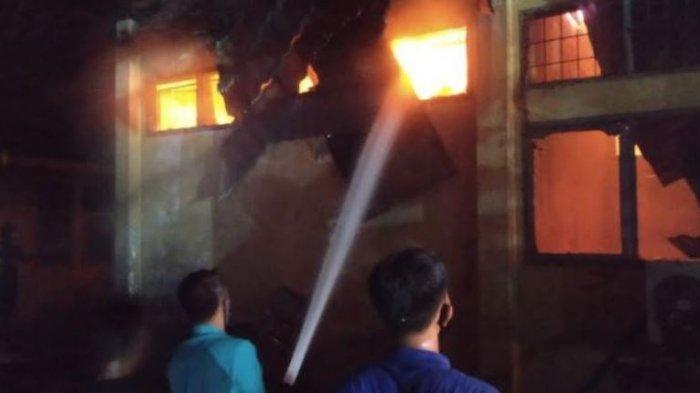 BREAKING NEWS: Gudang Obat Dinas Kesehatan Inhu Riau Terbakar, Pemadaman Masih Berlangsung