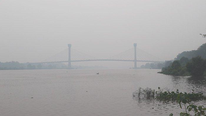 Jembatan Tengku Agung Sultanah Latifah Memutih Tertutup Kabut Asap