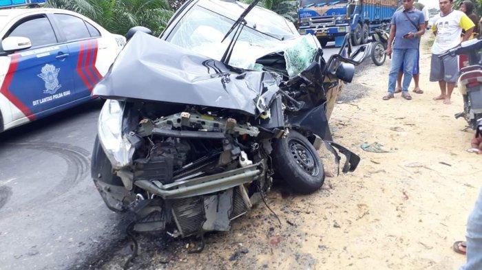 breaking_news_mobnas_bawa_5_pegawai_disdik_pelalawan_riau_tabrakan_di_jalintim_1_orang_terluka_1.jpg