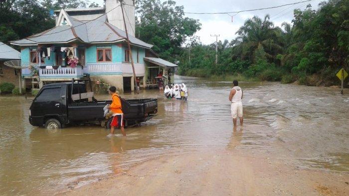 breaking_news_musim_hujan_di_riau_sungai_nilo_meluap_dan_akses_jalan_desa_di_pelalawan_terendam_1.jpg