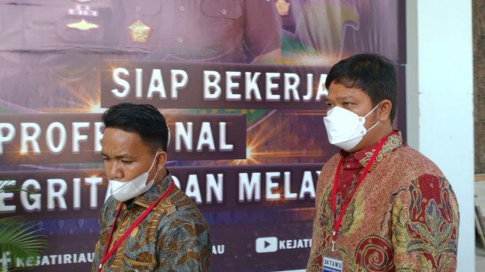 Bupati Kuansing Andi Putra (kanan) saat mendatangi Kantor Kejati Riau, Senin (21/6/2021).