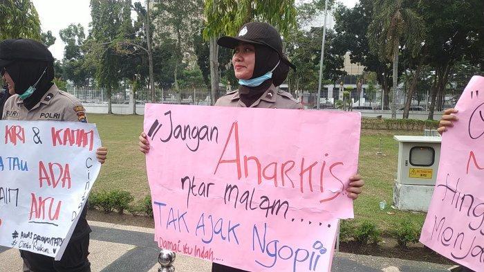 BREAKING NEWS: Polwan Cantik Bawa Karton Sambut Mahasiswa di Kantor Gubernur Riau, Kalimatnya Sejuk