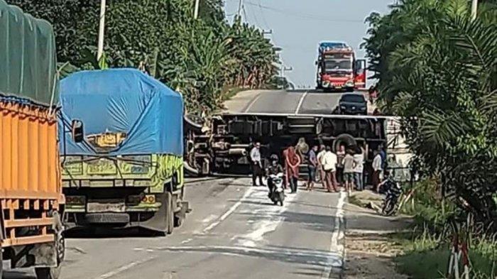 breaking_news_satu_truk_terguling_di_jalintim_desa_palas_pelalawan_riau_akibatkan_kemacetan.jpg