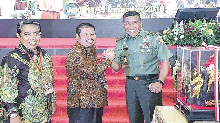Bupati Bengkalis Amril Mukminin Terima Penghargaan Panglima TNI