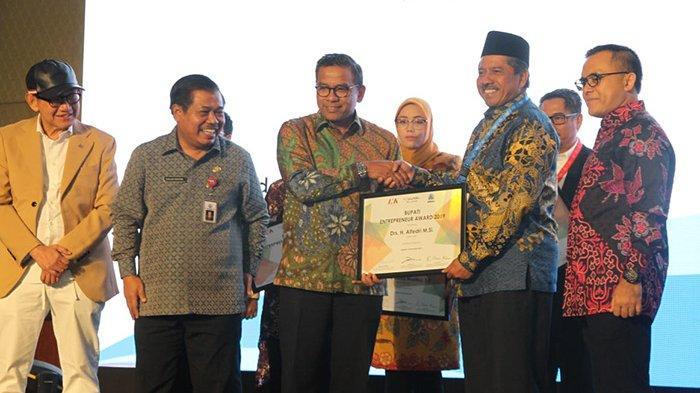 Bupati Siak Riau Makin Termotivasi Majukan Wisata, Terima Penghargaan Bupati Entepreneur Award 2019
