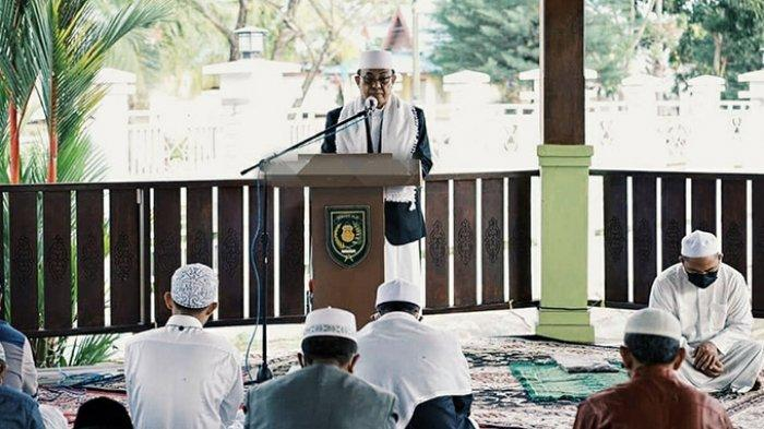 Bupati Inhil Jadi Khatib di Kediaman Dinas, Warga Salat Idul Adha di Masjid dengan Prokes Ketat