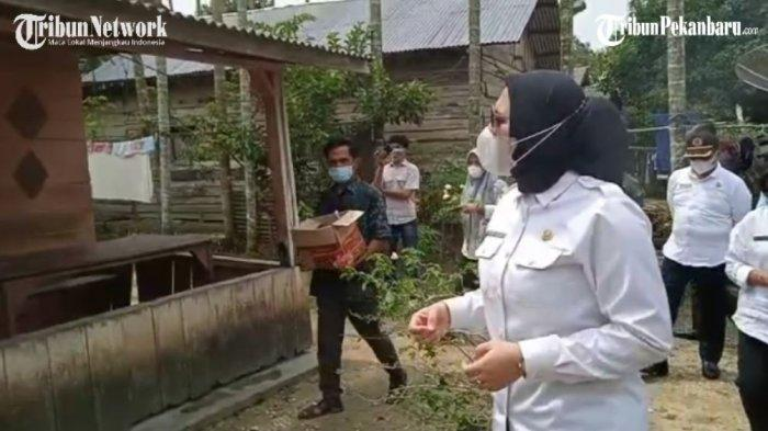 Bupati Inhu, Rezita Meylani langsung turun mengunjungi salah seorang warga yang dinyatakan positif Covid-19 melalui hasil swab PCR dan tengah melakukan isolasi mandiri
