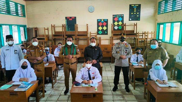 Bupati Pelalawan H Zukri bersama sejumlah pejabat meninjau simulasi PTM secara terbatas di Sekolah Menengah Pertama Negeri (SMPN) 1 Pangkalan Kerinci, Senin (30/08/2021).