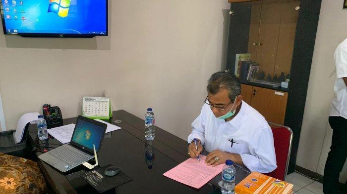Bupati Kuansing Drs H Mursini kala diperiksa di Kejari Kuansing, Selasa (14/4/2020).