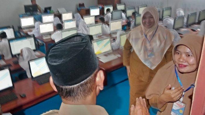 Tinjau Pelaksanan UN SMP dan UASBN SD, Bupati Pelalawan Riau Singgung Arus Listrik yang  Padam
