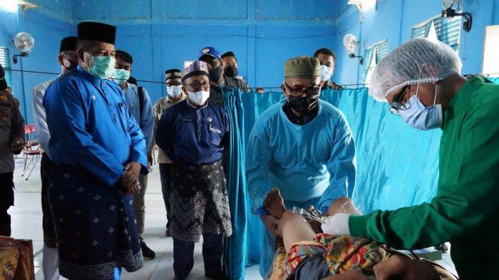 Bupati Siak Alfedri Saksikan Sunat Massal dan Berikan Bantuan Handtractor di Kampung Kumbara Utama
