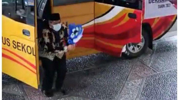 Bupati Siak Melompat dari Bus Sambil Membawa Bunga Biru