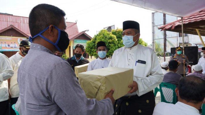 Bupati Siak Serahkan Bantuan Masker untuk Rumah Ibadah di Kampung Perawang Barat