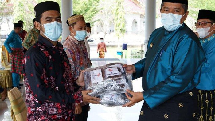 Bupati Siak Serahkan Masker untuk 5 Ponpes di Kecamatan Siak