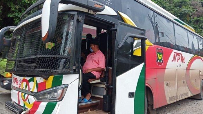 Bus NPM saat menjalani pemeriksaan di Pos Penyekatan Padang-Solok, Kamis (15/7/2021).